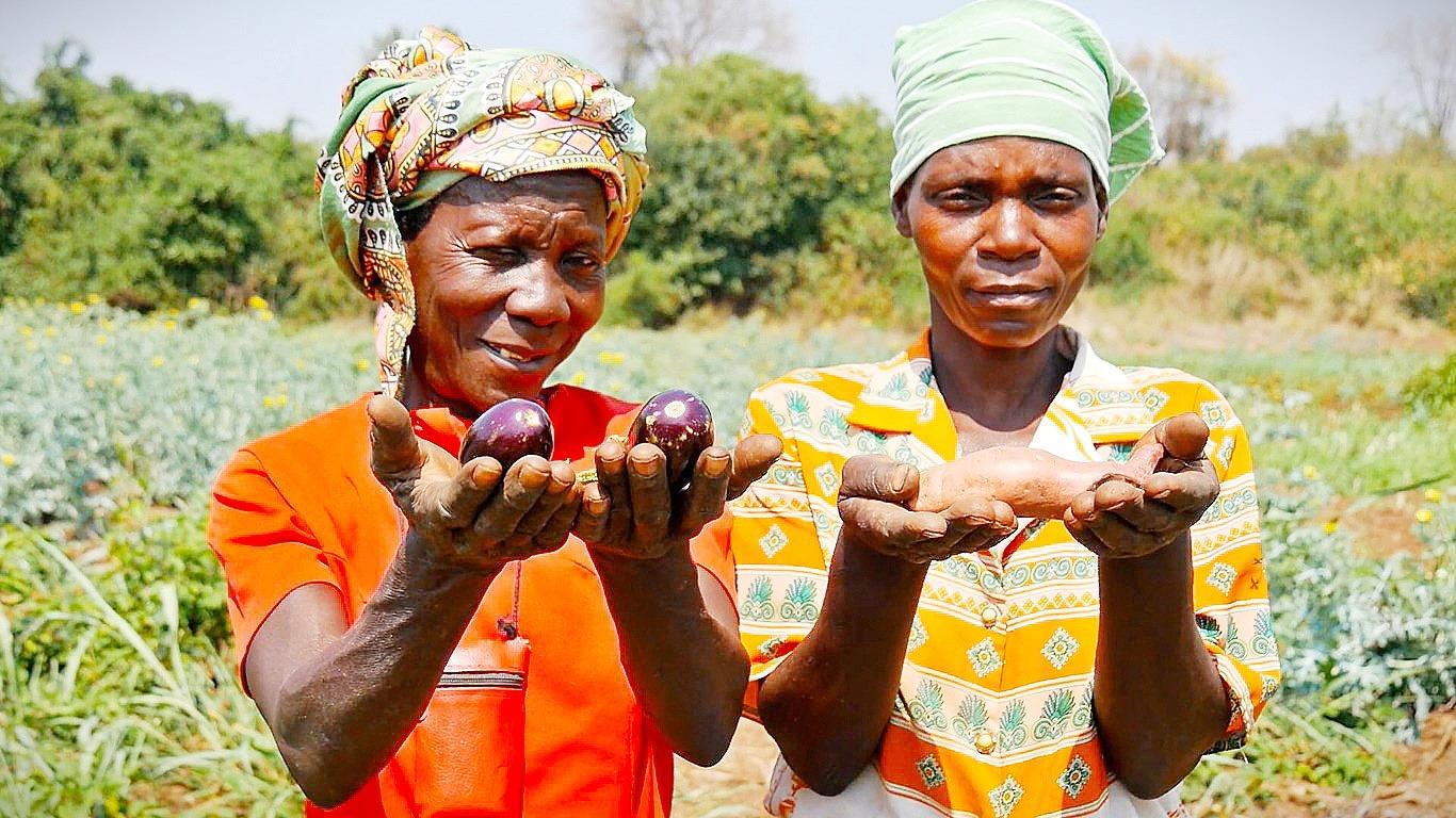 Dos beneficiarias del proyecto de Asociaciones Agrícolas