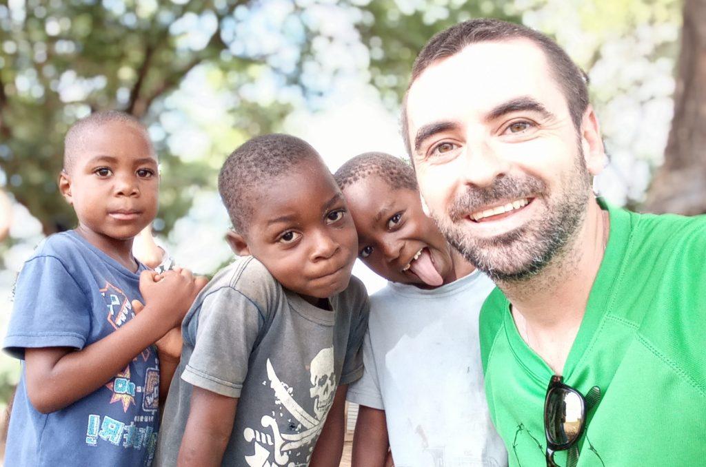 Kike, voluntario de Azada Verde, con niños en Mangunde