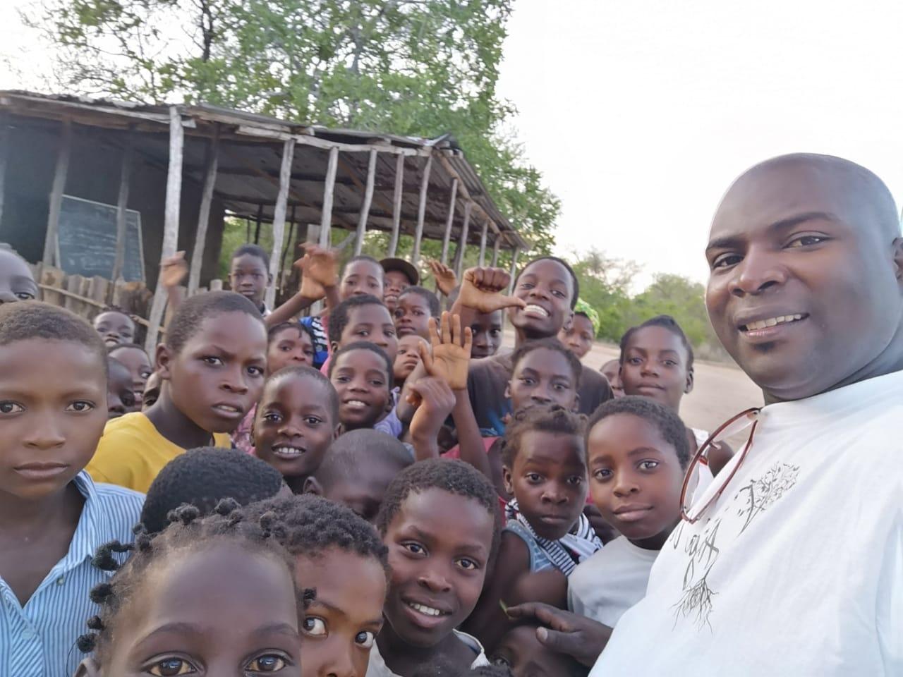 José con l@s niñ@s de Escolas de Paz