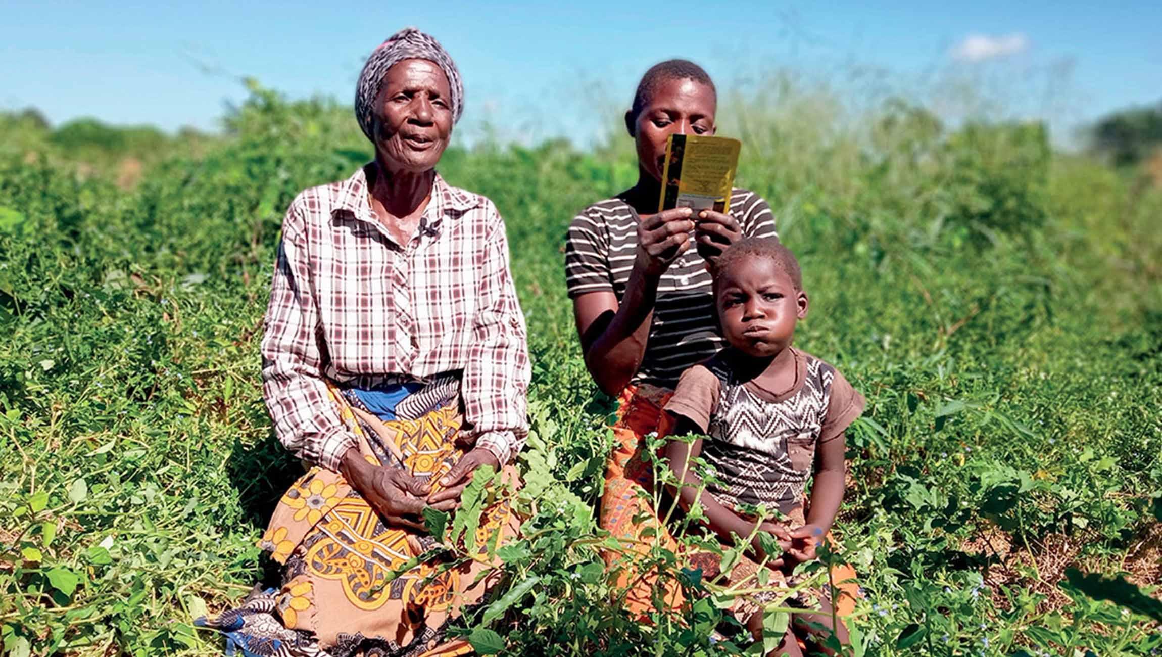 Beatrize con su hija y nieta, 3 generaciones de agricultoras mozambiqueñas