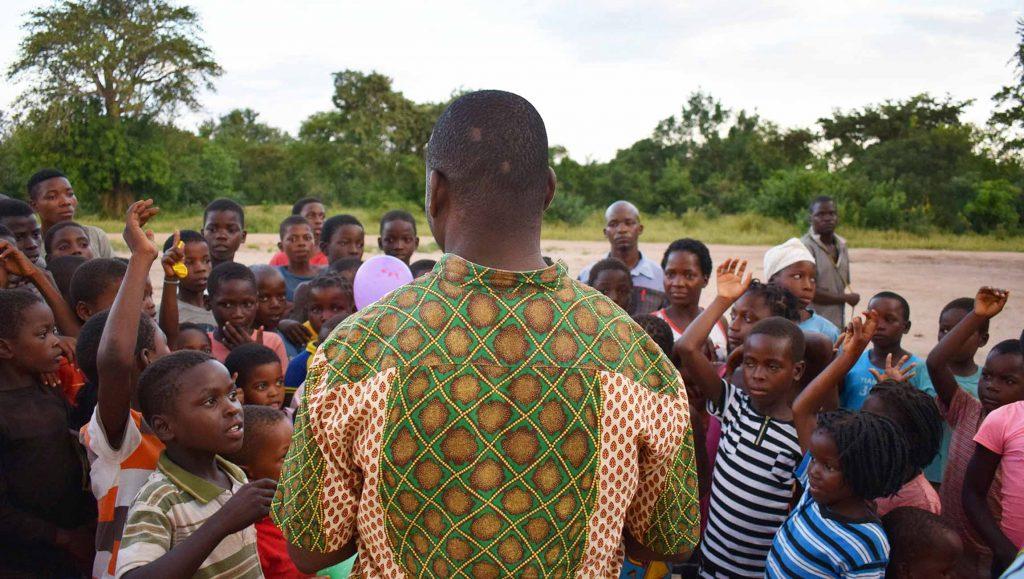 José con sus niños de Escolas de Paz