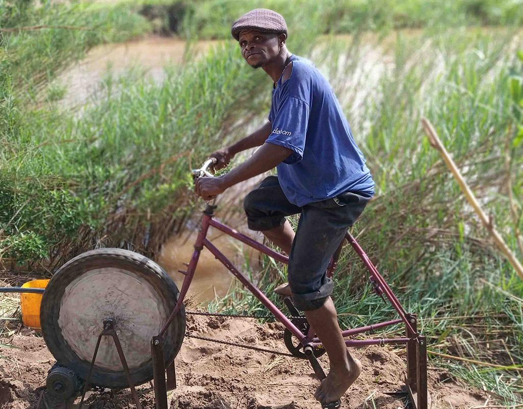 desarrollo-sostenible-bici-bomba-agua-mozambique-azada-verde