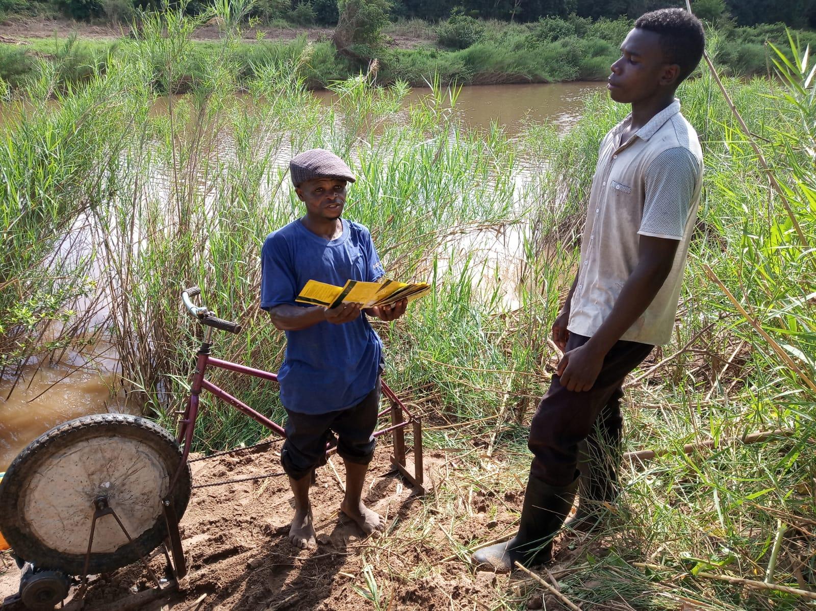 Luis entrega bici-bomba y semillas a Chico