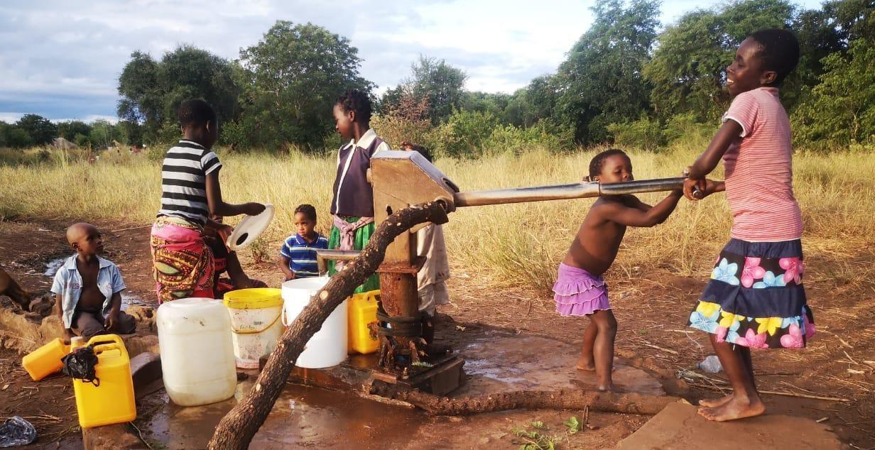 Niños sacando agua de un pozo en Mangunde