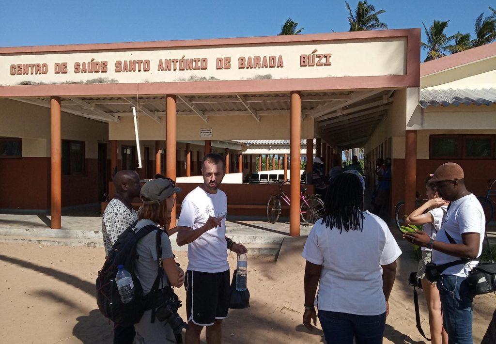 Hugo Coll con parte del personal sanitario de la misión de Barada