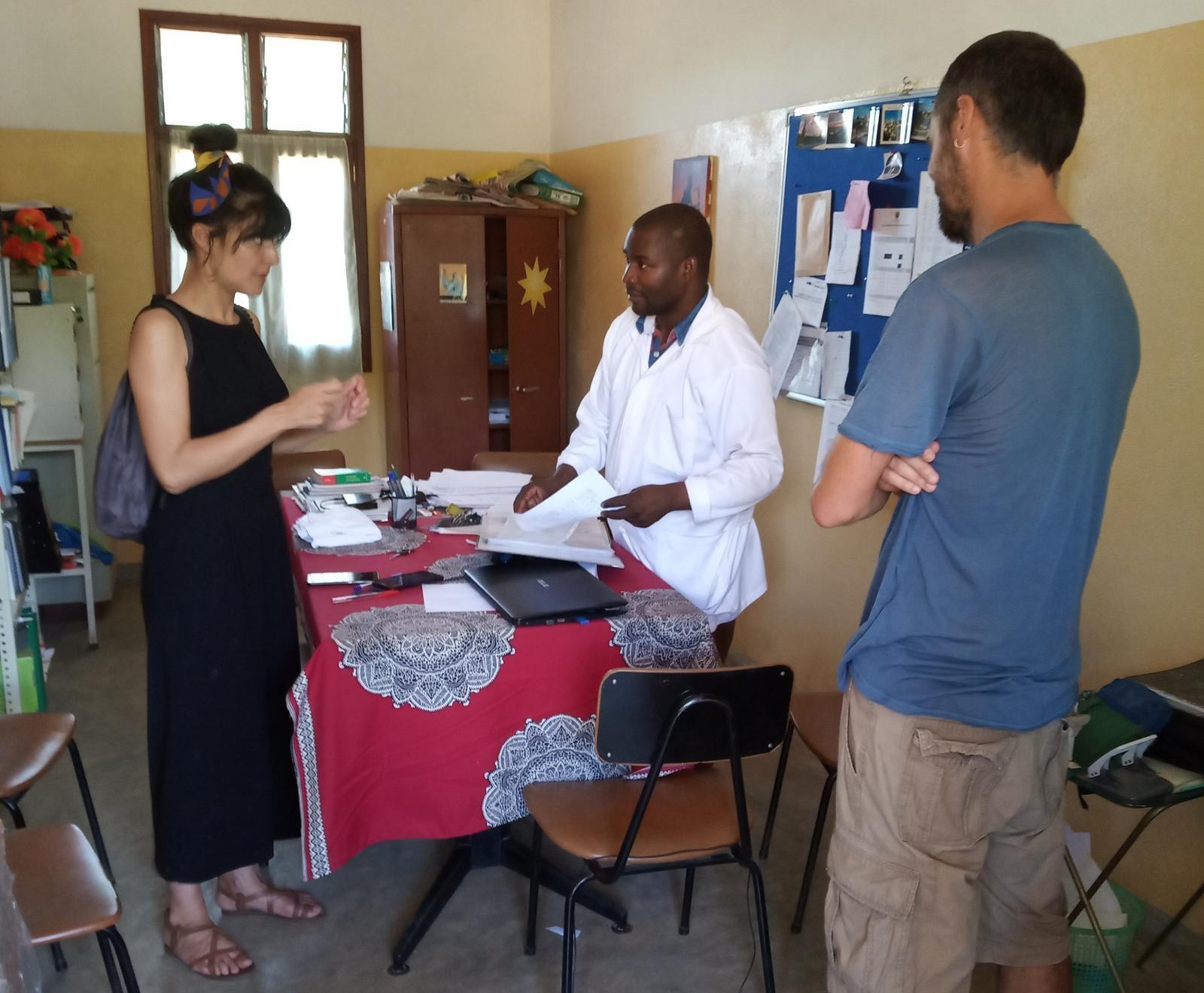 Nuestros voluntarios Hugo y María con el doctor encargado de nuestras Escolas de Paz
