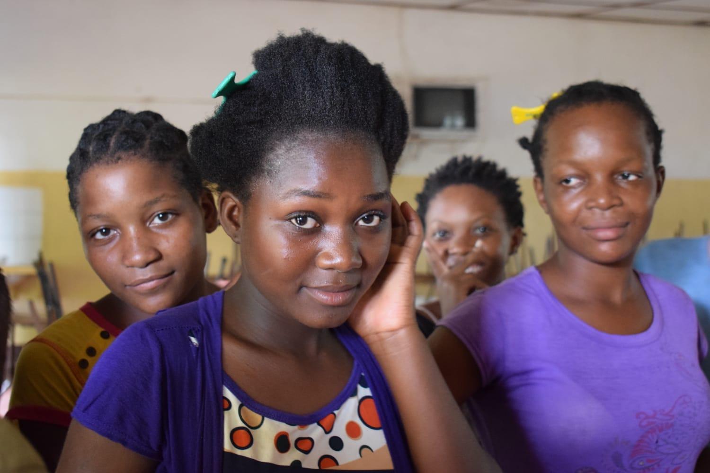 Las jóvenes mozambiqueñas luchan optimistas contra la Covid-19