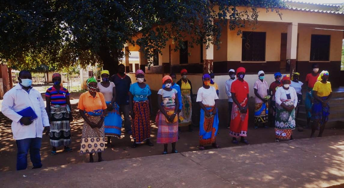 Mujeres mozambiqueñas protegidas con sus mascarillas antiCovid