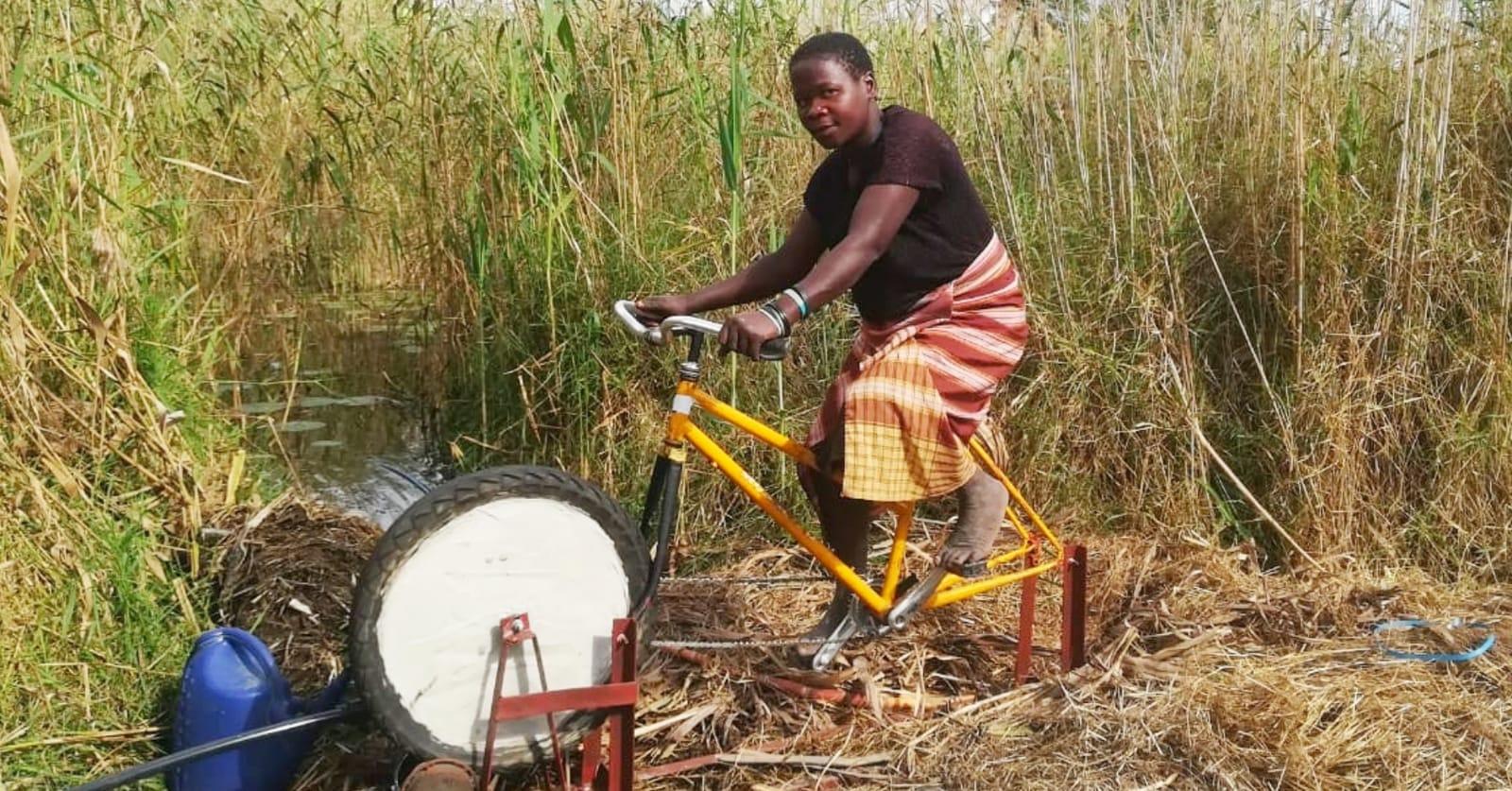 Fina Joao, una de nuestras mujeres agricultoras, prueba su bici-bomba