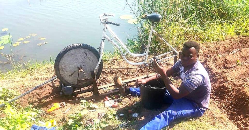 Instalación de bici-bomba en terreno