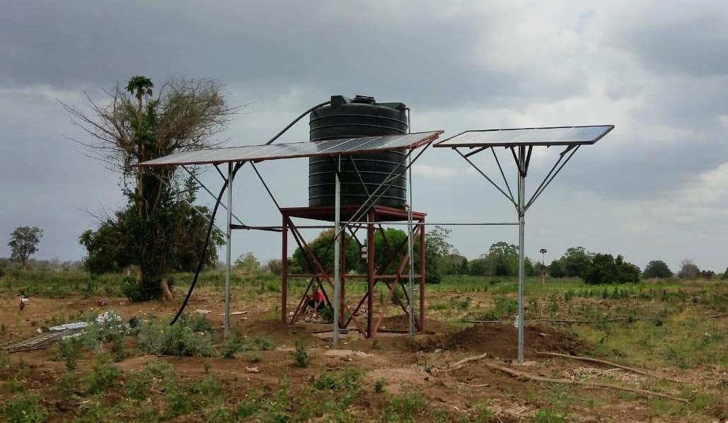 Bomba y paneles solares en Nhaumue