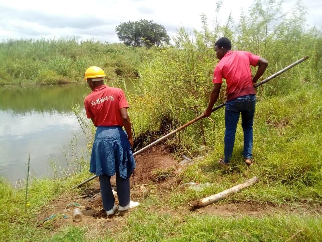 Técnicos trabajando en el río